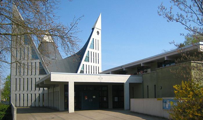 Berlin Gropiusstadt Dreieinigkeitskirche 03